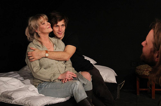 Dvojici ztvární muž a žena, mezi nimiž je 28letý věkový rozdíl.