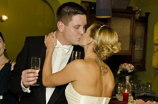 Manželský polibek nesměl chybět.
