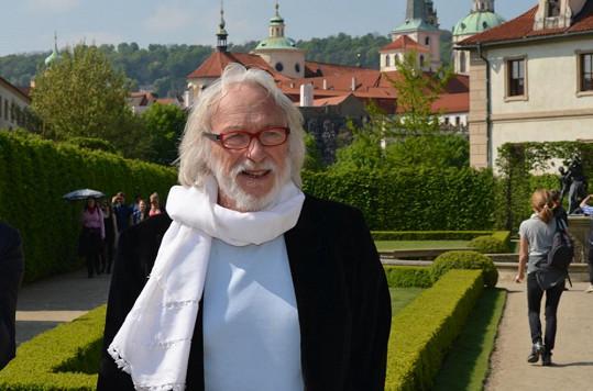 Francouzská filmová legenda si dny strávené v Praze velmi užívá.