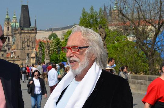 Během své návštěvy Prahy nemohl Pierre Richard vynechat procházku po Karlově mostě.