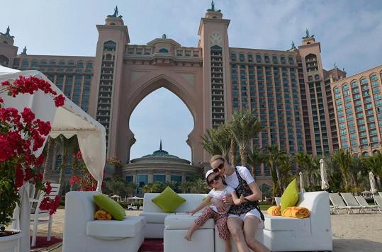 Markéta s dcerou před jedním z nejluxusnějších dubajských hotelů.