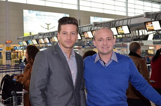 Na letišti s organizátorem Muže roku Davidem Novotným