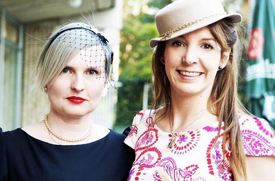 Libka Safr s lucemburskou princeznou, která si koupila její klobouk.