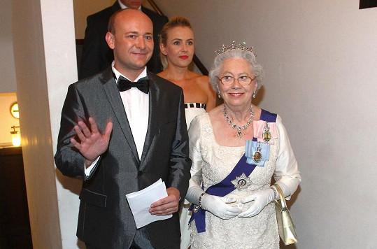 Organizátor soutěže David Novotný s dvojnicí britské královny Mary Reynolds.