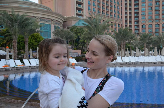 A u hotelového bazénu