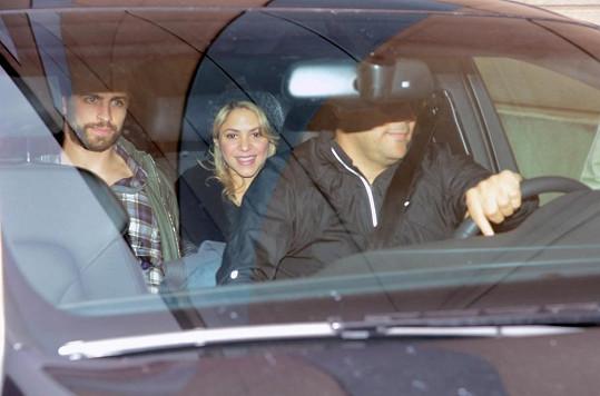 Shakira odjíždí z porodnice s Gerardem i synem Milanem.