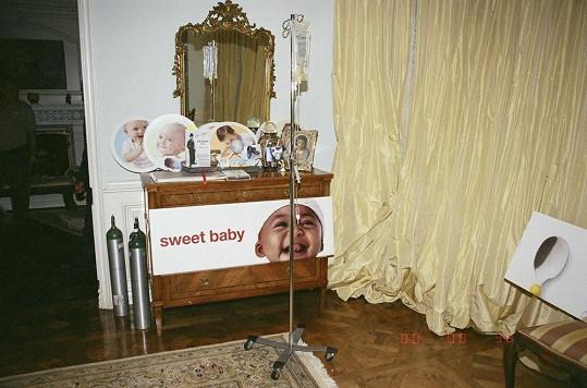 V Michaelově ložnici byly objeveny bizarní obrázky malých dětí, kyslíkové bomby a stojan s intravenózním roztokem.