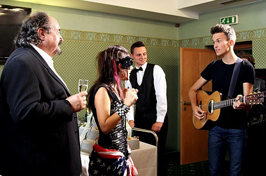 V této scéně přijde Albert zazpívat milionářské dcerušce (Ivana Korolová). Během soukromého koncertu roztancoval všechny komparzisty.