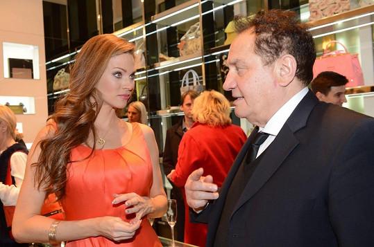 Verešová v družném rozhovoru s obuvníkem Gimmim Baldininim