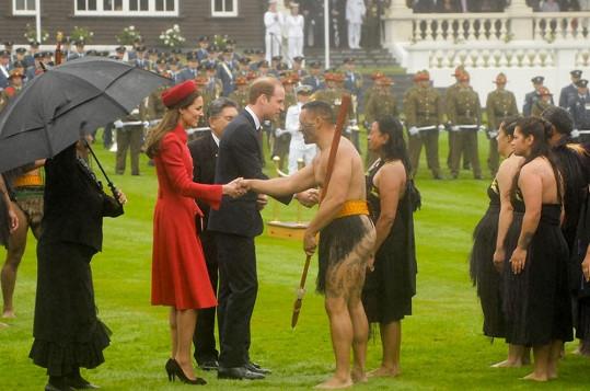 William s Kate si podali ruce s několika maorskými tanečníky.