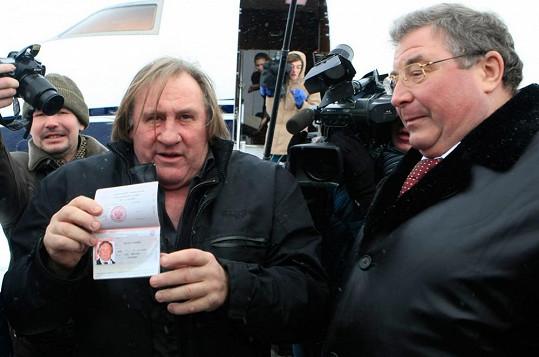 Gérard Depardieu ukazuje svůj ruský pas.