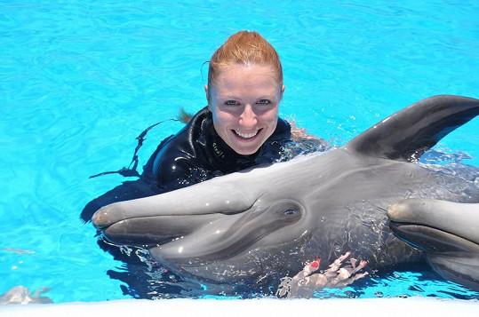 Zaplavala si s delfíny.