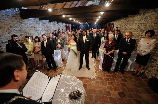 Nalevo rodiče nevěsty, napravo ženicha.