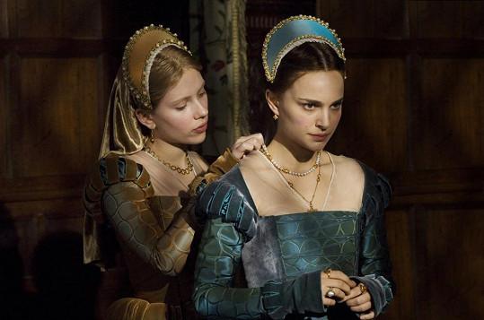 Scarlett Johansson a Natalie Portman ve filmu Králova přízeň, který bude dnes k vidění na Prima love.