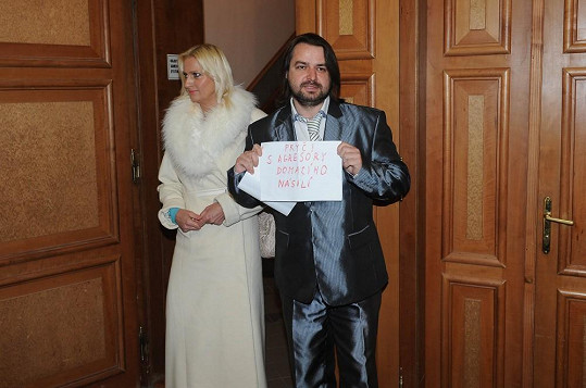 Vypadalo to, že si Macura se svou partnerkou vyšli na úřad na svatbu, a nikoli k soudnímu jednání.