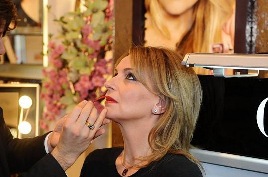 Ivana prý není výtvarně nadaná, a tak si vytváří make-up stále stejně.