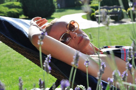Relax na zahradě u bazénu si zpěvačka užila.