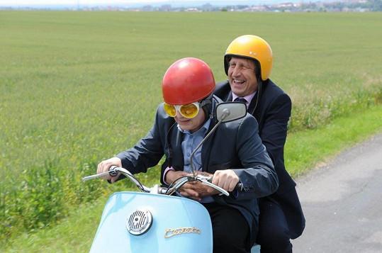 Ve filmu mají společnou vtipnou scénku na motorce.