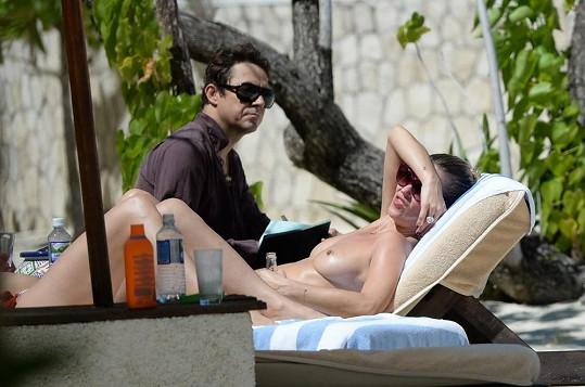 Na dovolené nechyběl ani modelčin manžel Jamie Hince.