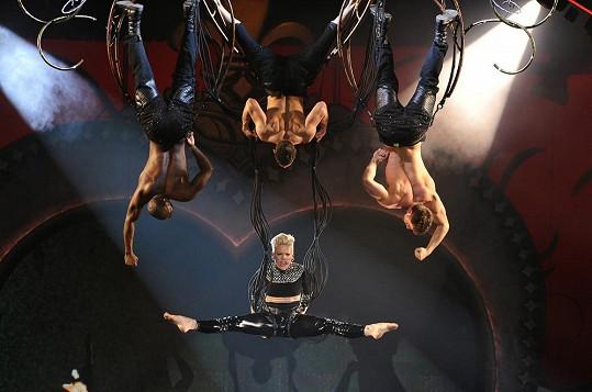 Zpěvačka během koncertu létá nad hlavami publika a předvádí akrobatickou show.