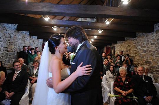 Dvojice se chystá k prvnímu polibku po obřadu.