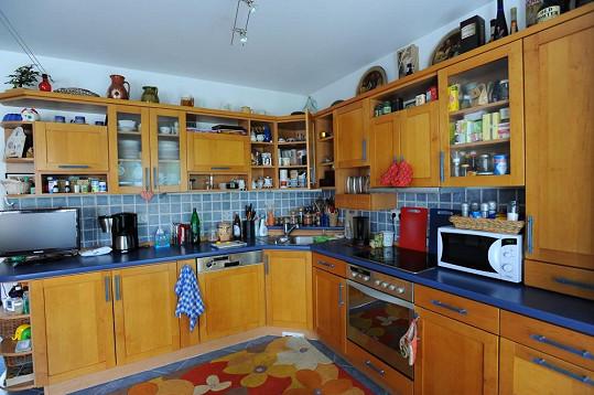Přízemí dominuje prostorná kuchyně.