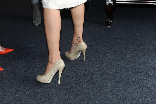 Pro Petru museli připravit také boty, neboť její zavazadla zůstala za velkou louží.