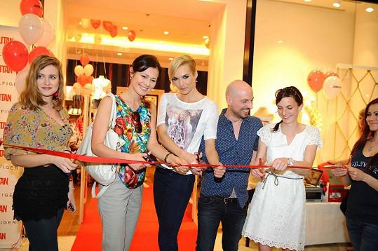 Emma se účastnila otevření módního obchodu.