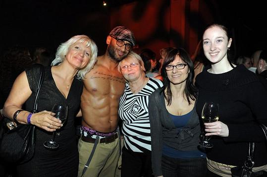 S doktorkou Ivanou Němečkovou se vyfotil i český striptér Sabri, který skončil v mezinárodní soutěži na druhém místě.