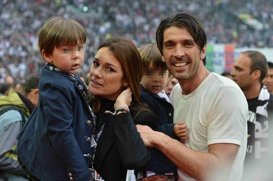 Alena Šeredová s manželem Gigim a dvěma syny.