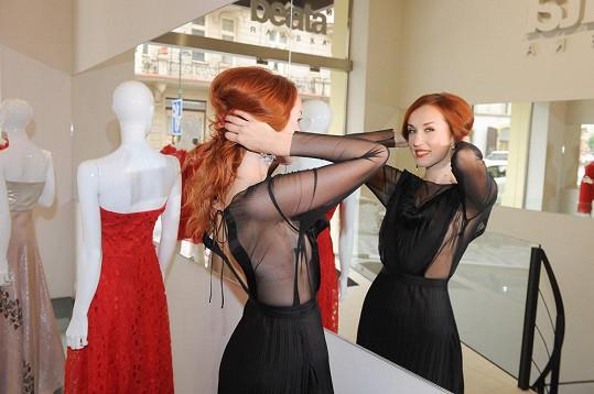 V některých polohách šaty odhalují opravdu mnoho.