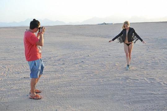 Na poušti ji fotil nahoře bez jen v rozepnuté bundě.