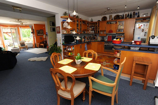Kuchyně je propojena s jídelnou a obývákem, ze kterého se může vyjít rovnou na terasu.