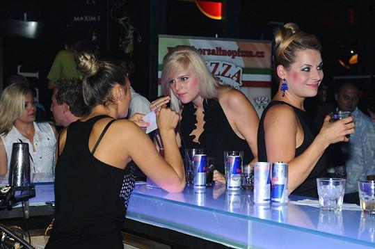 Ornella při objednávání drinku