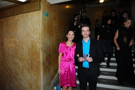 Barevné šaty zvolila i Sandra Nováková.