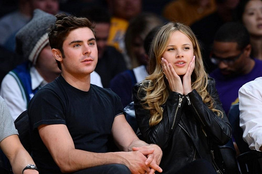 Zac Efron s Halston Sage na zápase mezi Los Angeles Lakers proti Dallas Mavericks