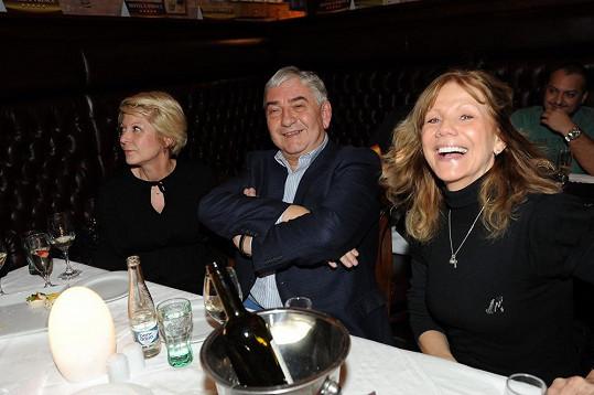 Miroslav Donutil s manželkou a Lenkou Filipovou se na párty dobře bavili.