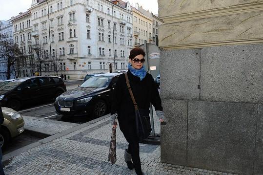 Smutná Simona Postlerová se maskuje černými brýlemi.