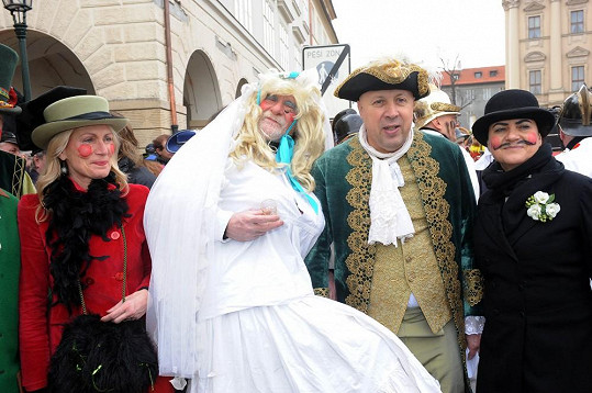 Do kostýmů se převlékli jak občané, tak i starosta. Ten zvolil model mušketýra.