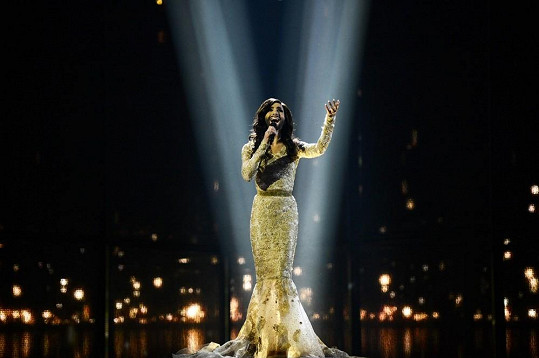Conchita Wurst na Eurovizi zvítězila s písní Rise like a Phoenix.