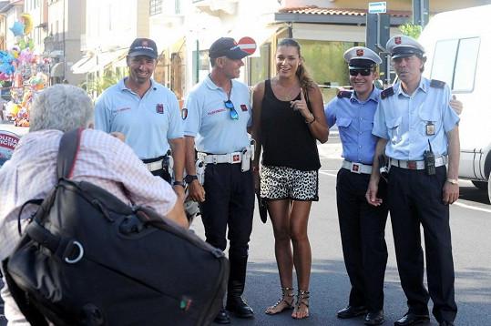 Alena se fotila s místními strážníky.