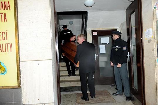 Pracovníci pohřební služby vynášejí ostatky Jiřiny Jiráskové.