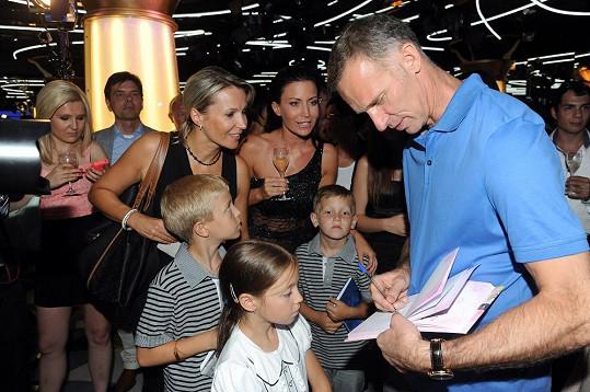 Dominik Hašek se podepisuje synovi, synovci a neteři Gábiny Partyšové.