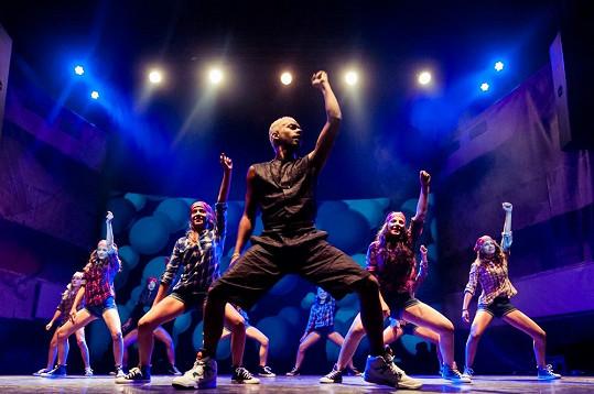 V prostoru divadla La Fabrika Yemi pochopitelně také vystoupil se svými tanečníky.