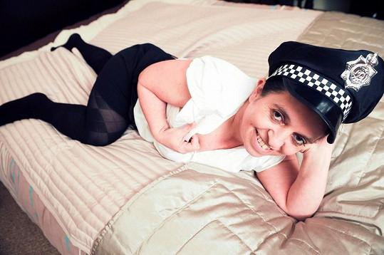 Sam se často převléká za policistku.