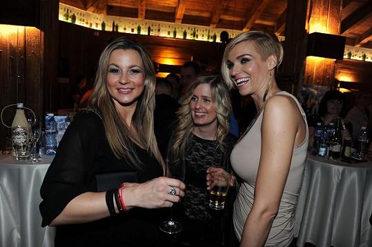 Večer Monika vyrazila s kamarádkou na večírek, kde se potkala i s modelkou Hankou Mašlíkovou.