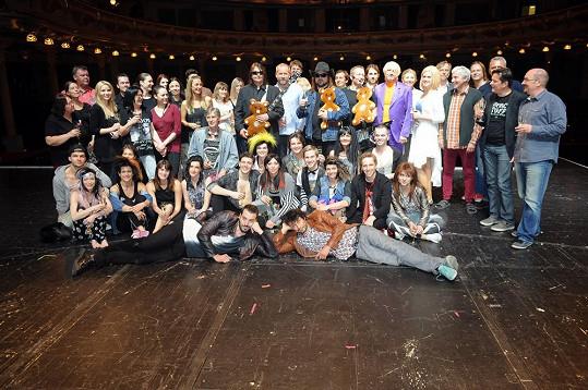 Společné foto po představení muzikálu Lucie, větší než malé množství lásky.