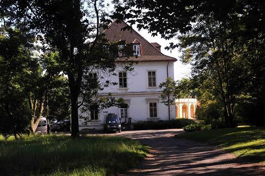 Zámek v Ploskovicích, kde se tajný svatební obřad odehrál.