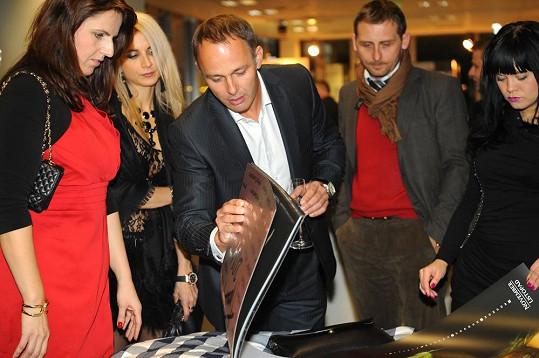 Hrdý Daniel Volopich ukazuje snímky své odhalené manželky.