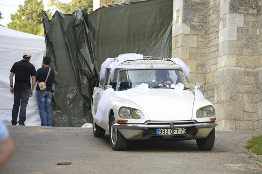 Halle Berry se přijela vdát v tomto voze.